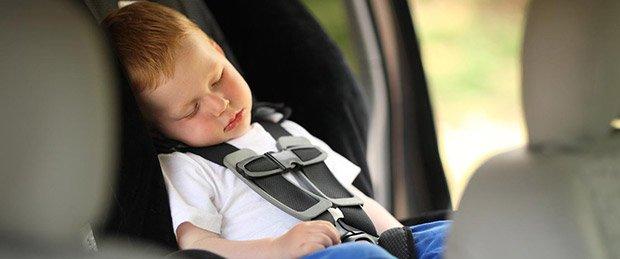 Bimbo che dorme serenamente nel suo seggiolino auto