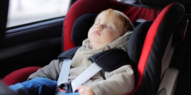 Bimbo che dorme in auto nel suo seggiolino