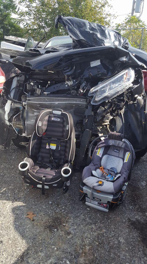 Auto distrutta, seggiolini intatti, bimbi illesi