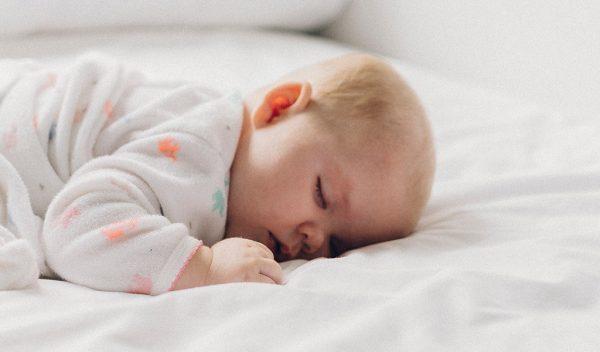 Bimbo che dorme serenamente