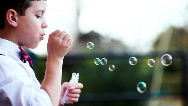 Bimbo che gioca con le bolle