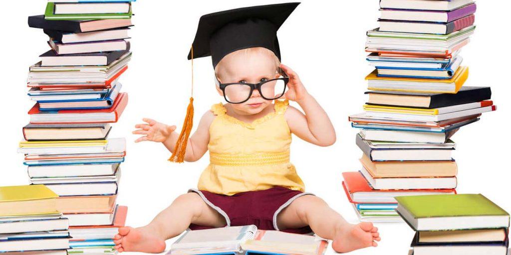 Bimbo che legge libri per dispositivi anti abbandono