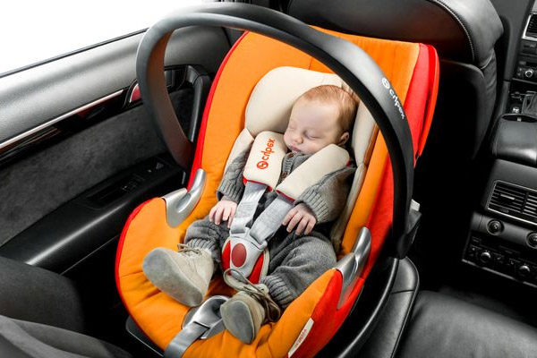 Bimbo piccolo che dorme in un seggiolino Cybex Aton Q