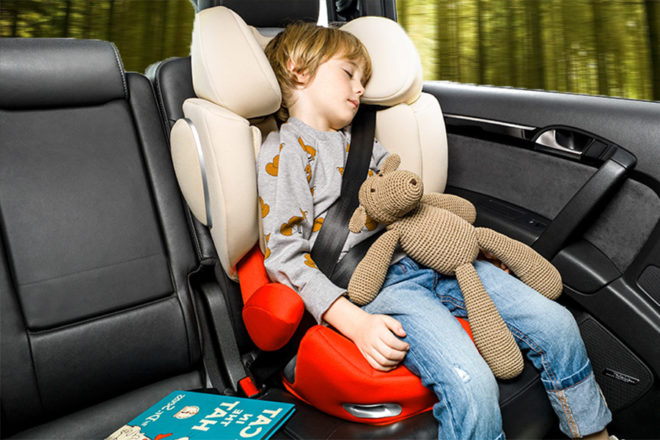 Bimbo che dorme in un seggiolino Cybex Solution Q2 Fix
