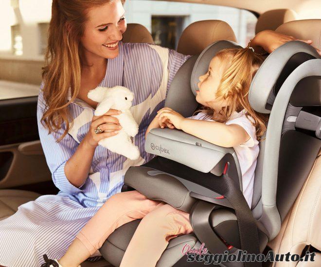 Bimba che gioca con la mamma in un seggiolino Cybex Pallas S-Fix