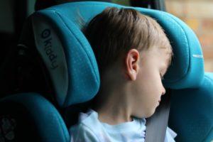 Bimbo che dorme in un seggiolino Kiddy Guardianfix 3