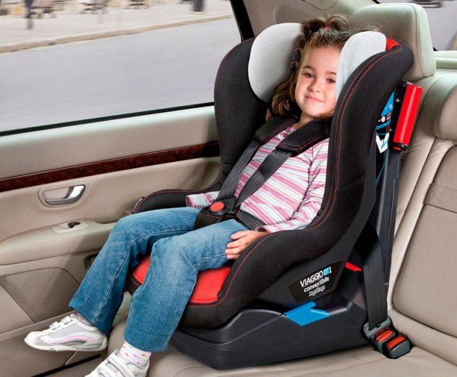 Bimba serena su seggiolino auto Peg Perego Viaggio 0+1 Switchable in modalità Gruppo 1