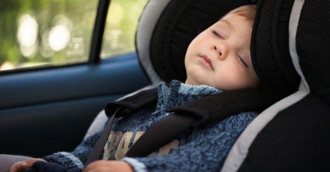Bimbo che dorme nel seggiolino auto